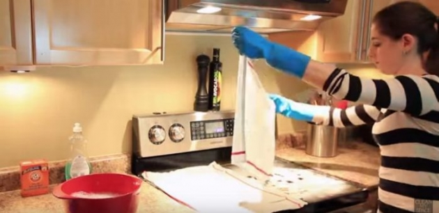 She Lays 2 Wet Cloths Over Her Glass Stovetop. When She Removes Them— The Results Are So Impressive!
